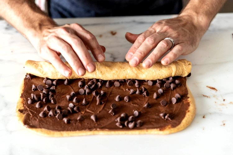 Image of Sprinkle 1⁄2 cup chocolate chips (90 grams) evenly over the...