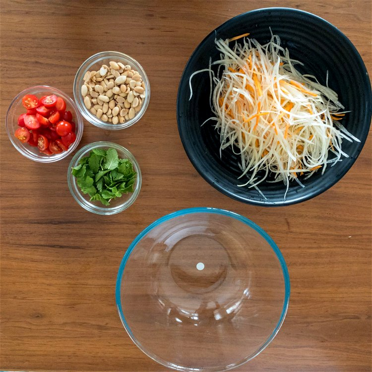 Image of Mix the saladPlace the carrot, papaya, cherry tomatoes, mint and...